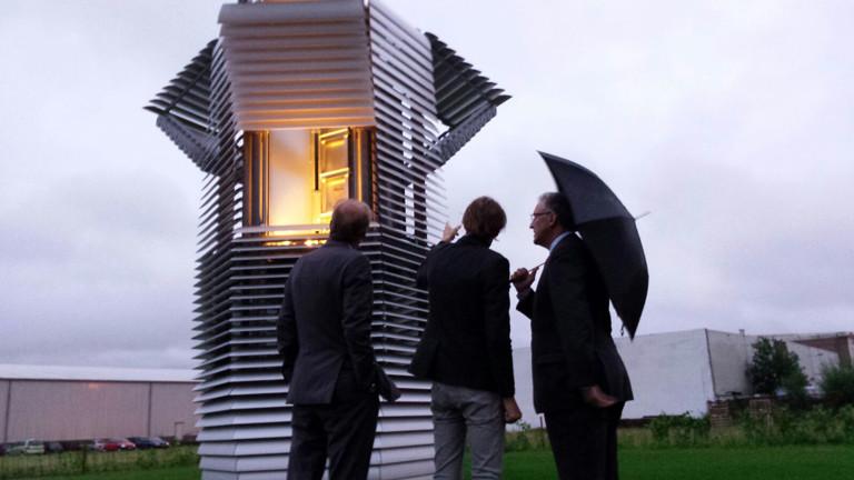 Dann Roosegaard mit Interessenten bei der Eröffnung des Smog Free Towers in Rotterdam