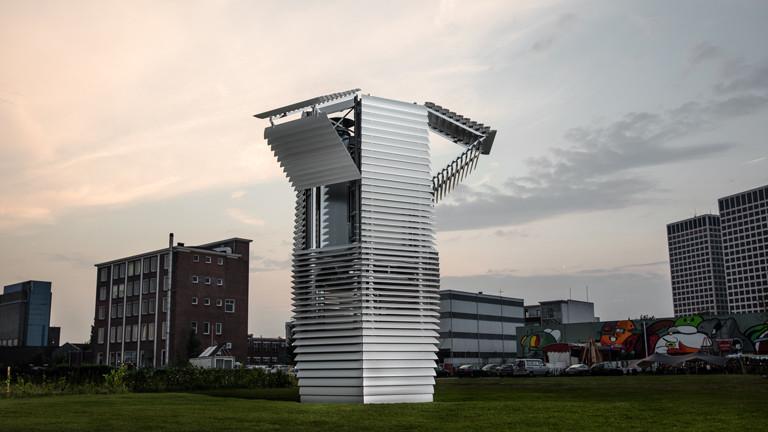 Der Smog Free Tower mit geöffneten Lamellen