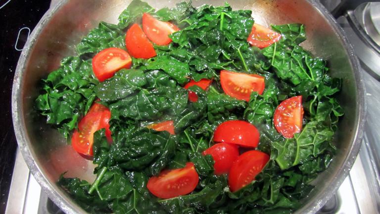 Grünkohl mit Tomate und Pinienkernen