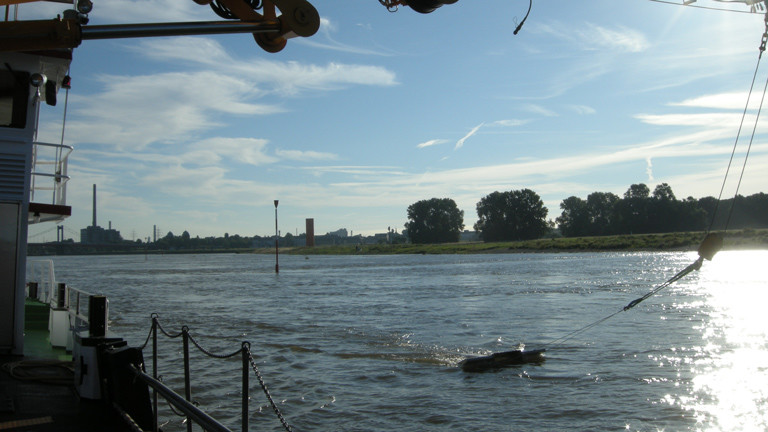 Der Manta Trawl fischt bei Duisburg Mikroplastik aus dem Rhein.