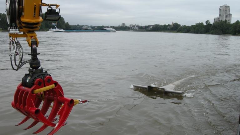 """Wasserprobenentnahme bei Köln Porz mit dem """"Fanggerät"""" Manta Trawl, das mit einem 300 Mikrometer-Netz ausgestattet ist."""