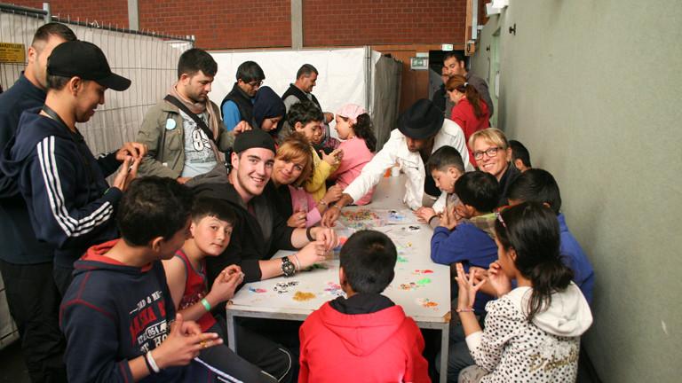 In der Gemeinschaft wird zusammen mit den Kindern gespielt.