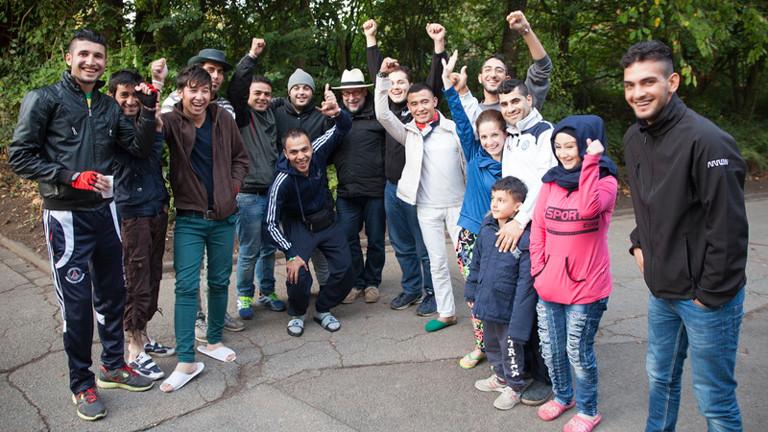 """Hartmut Schneider (Mitte) mit den Flüchtlinge, die sich als Fotografen an dem Projekt """"Being Refugee"""" beteiligt haben."""