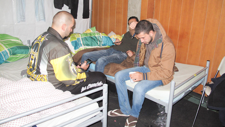 Flüchtlinge in ihrer Unterkunft.