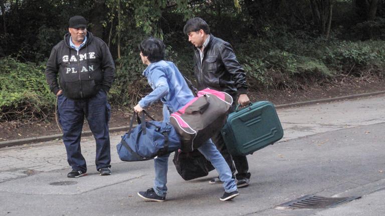 In Deutschland sind die Flüchtlinge nicht einfach angekommen - bis sie eine langfristige Unterkunft gefunden haben, müssen sie häufig von einer Unterbringung zur nächsten ziehen.