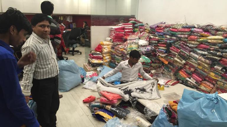 Das Sarilager: 300.000 Gewänder warten hier auf Kundinnen. Anand verkauft über alle großen indischen e-commerce-Plattformen wie zum Beispiel amazon. Der Markt boomt derzeit. Der größte indische Anbieter flipkart machte 2009 einen Umsatz von 500 Millionen Euro. 2015 waren es geschätzt 9 Milliarden Euro.
