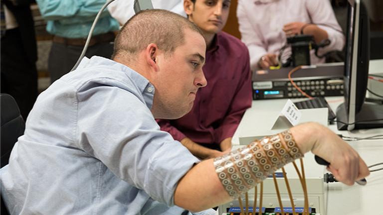 Der Patient Ian Burkhart kann durch einen Nerven-Bypass seine Hand wieder bewegen.