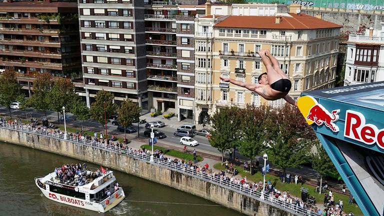 Kyle Mitrione bei einem Sprung ins Wasser im spanischen Bilbao.