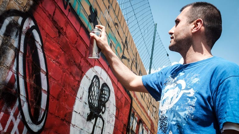 Ibo Omari hat die Initiative #paintback gegründet: Hakenkreuze werden übermalt.