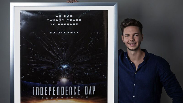 "Tim David Müller-Zitzke mit Filmplakat ""Independence Day 2"""