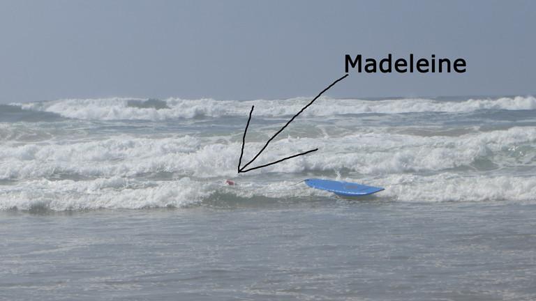 Madeleine surft.