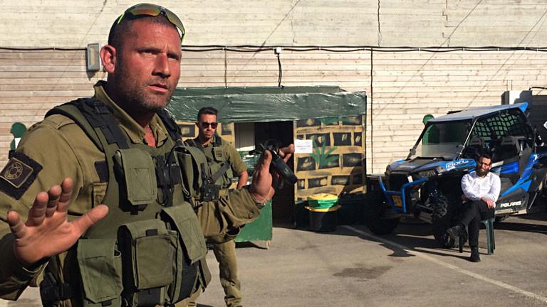 Ein Mann steht in einer Militäruniform auf einem Schießgelände