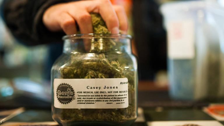 Medizinisches Marihuana in einem Glasbehälter.