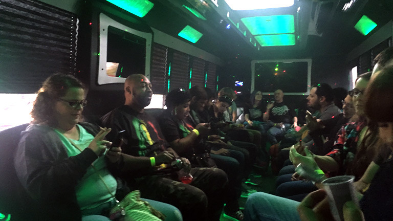 Kiffende Touristen im Party-Bus in Denver.