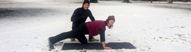 Reporterin Suzan Bazarkaya trainiert mit Fitness-App - Personal Trainer Simon Mehl achtet darauf, dass sie nichts falsch macht.