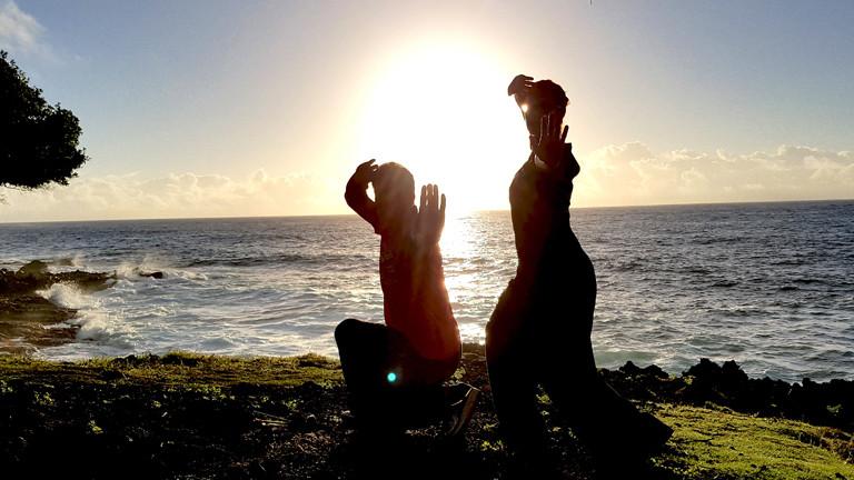 """Caro und Kimoodo-Meister Gerhard Brunner. Morgens um halb sieben üben sie an der Küste von Big Island den """"Skorpion"""" - eine Kimoodo-Bewegung."""