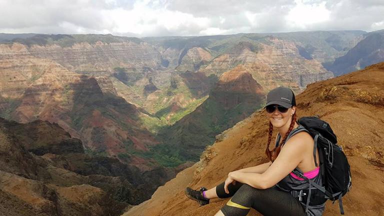 Caro nach drei Stunden Wanderung am Aussichtspunkt des Waimea Canyons auf der Insel Kaua'i.