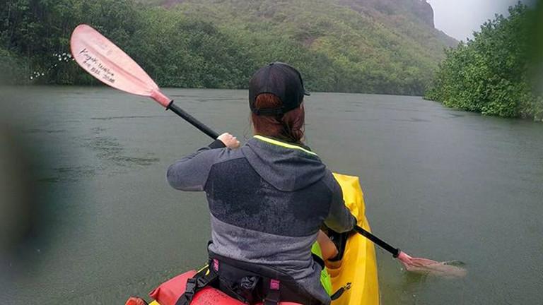 Caro auf dem Wailua River. Beim Kayak-Fahren auf Kauai gab es auch Wasser von oben – es der regenreichste Ort der Welt.