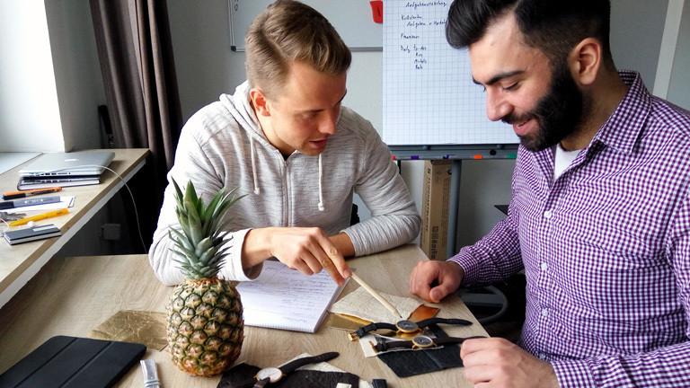 Julian Stechert und Feramez Durmus machen aus Piñatex Armbänder für Uhren.