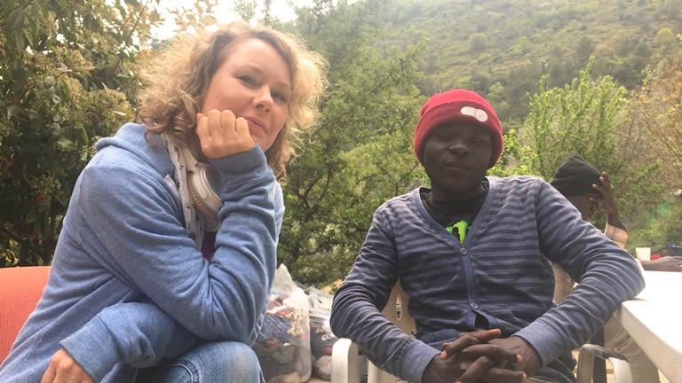 Deutschlandfunk-Nova-Reporterin Hanna Ender spricht mit dem 17-jährigen Mohammed, der aus Dafur geflohen ist.