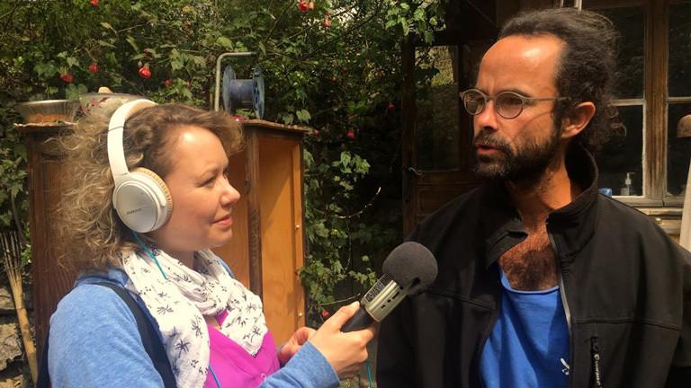Deutschlandfunk-Nova-Reporterin Hanna Ender spricht mit dem französischen Landwirt Cédric Hérrou, der auf seinem Hof Flüchtlinge aufnimmt.