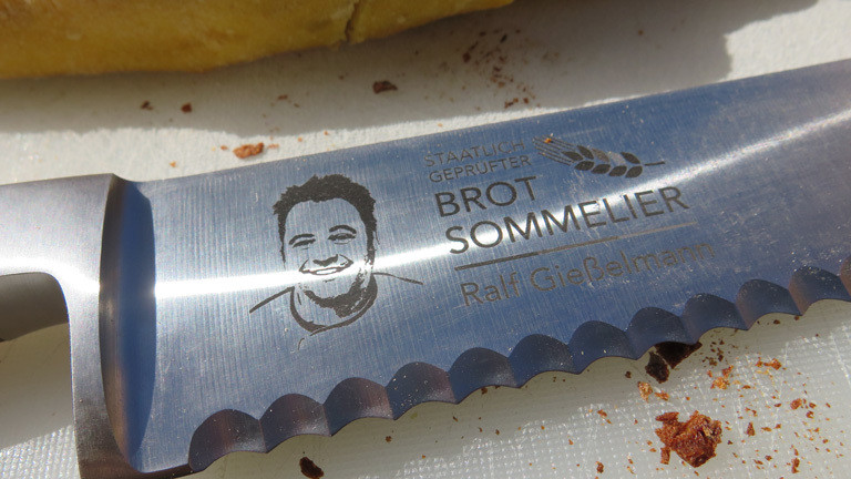 Brotsommelier Ralf Gießelmann hat sein eigenes Brotmesser.