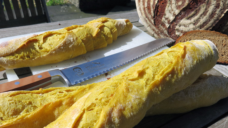 Der Brotsommelier Ralf Gießelmann hat zwei Sorten aus seiner Bäckerei mitgebracht: Mango-Curry-Baguette und Brot aus Champagner-Roggen.