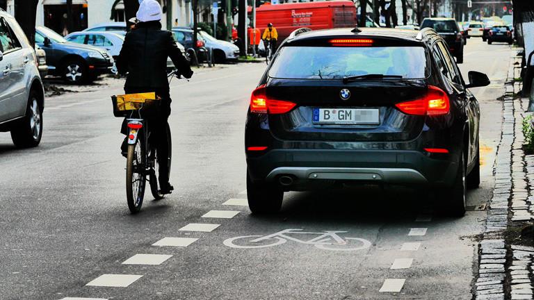 Auto parkt auf Fahrradweg.