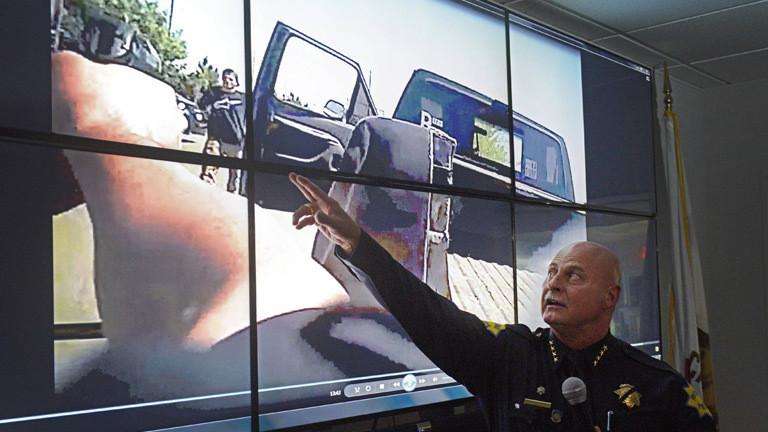 Ein US-Polizist führt Aufnahmen einer Body Cam vor.