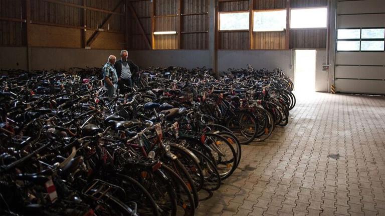 Fahrradleichen in einer Lagerhalle am Stadtrand von München.