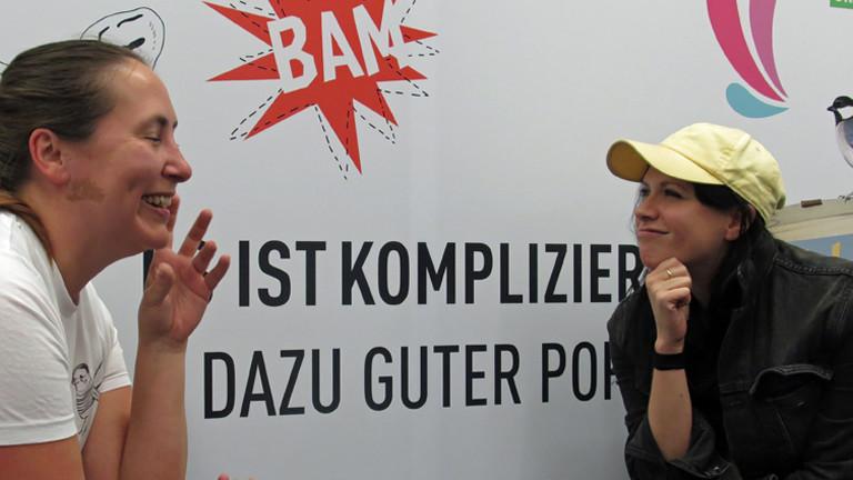 Deutschlandfunk-Nova-Moderatorin Tina Kießling (l) mit K.Flay (r)