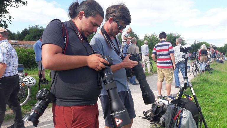 Planespotter checken die Displays ihrer Kameras.