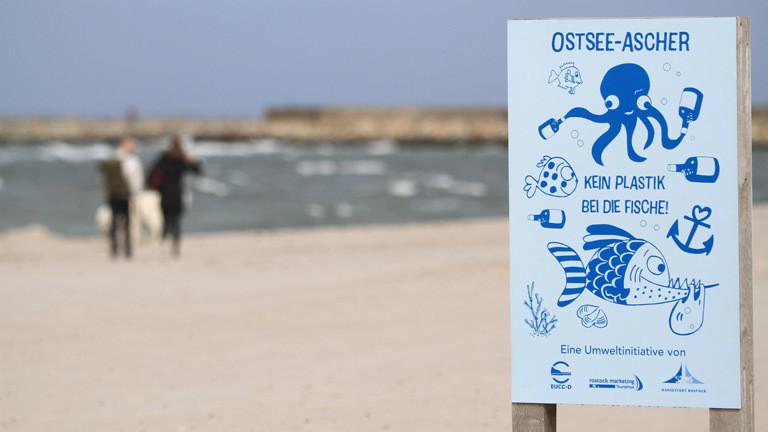 """Ein Schild auf dem steht: """"Kein Plastik bei die Fische."""""""