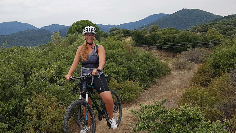 Caro Köhler beim Mountainbiken.