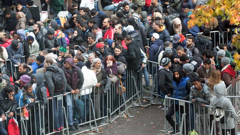 Flüchtlinge warten am 21.10.2015 in Berlin auf dem Gelände des Landesamtes für Gesundheit und Soziales (LaGeSo) auf die Bearbeitung ihrer Asylanträge.