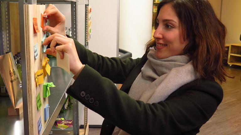 Junge Frau bewertet Start-Up-Produkte im Testsupermarkt in Berlin.