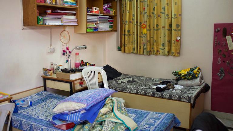 Eine Zelle: drei Mal vier Meter, drei Betten, drei Tische. Manjari und Shreya teilen sich ein Zimmer.