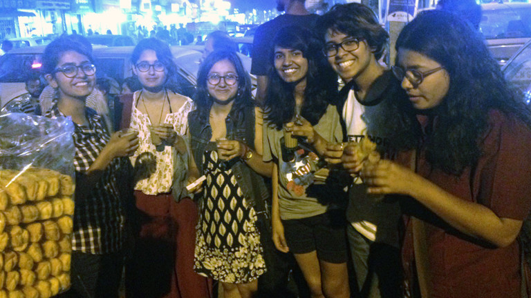 Die Studentinnen abends am Teestand: Anusha, Gayatri, Ishani, Manjari, Shreya und Mansi.