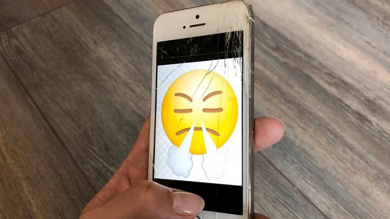 Ein Smartphone mit zersplittertem Display.