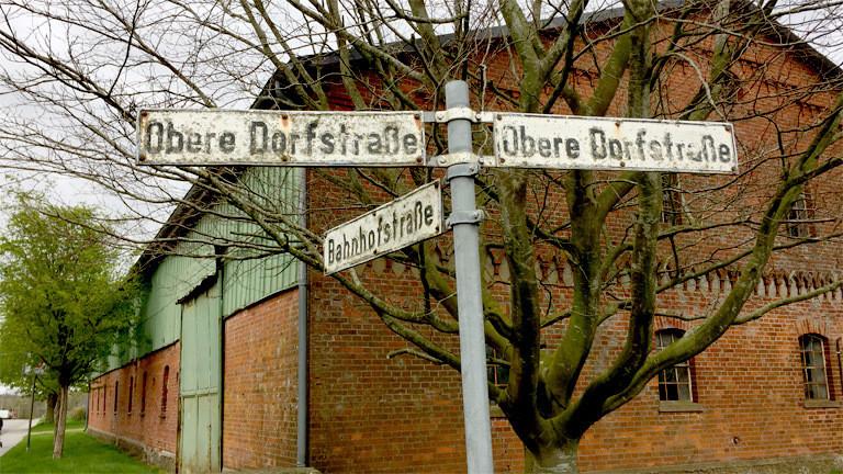 Straßenschilder in Löwenstedt.