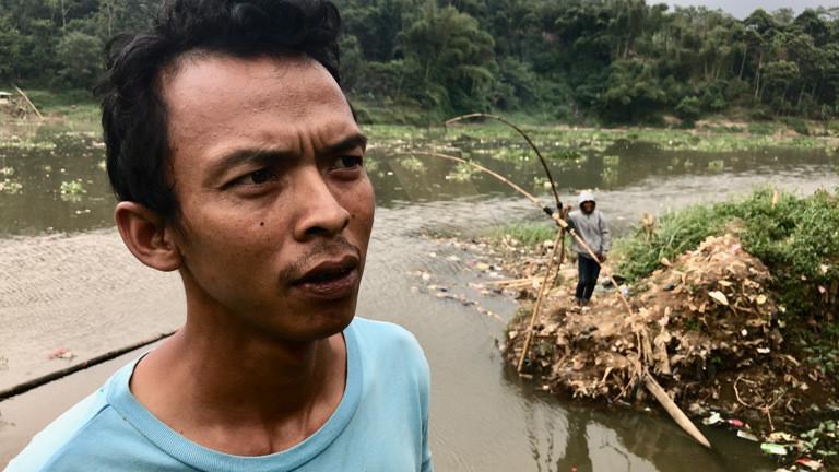 Der Fischer Yayang Kaleng versucht im Fluss Citarum zu angeln.