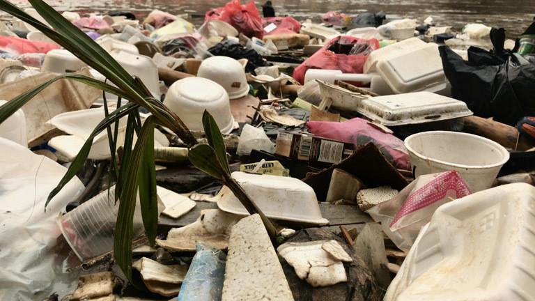 Plastikmüll im indonesischen Fluss Citarum.