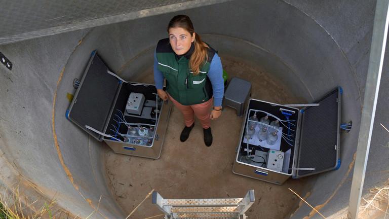 Anna Janßen steht in der Messstation, wo das Sickerwasser zusammenläuft.