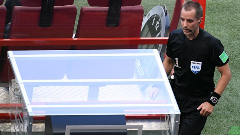 Schiedsrichter Mark Geiger schaut sich nach dem Treffer zum 1:0 den Videobeweis an