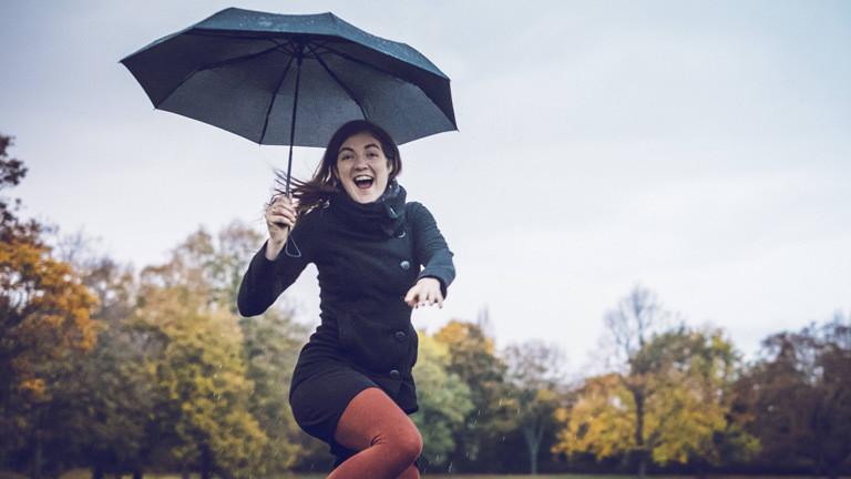 Frau bei Regen.