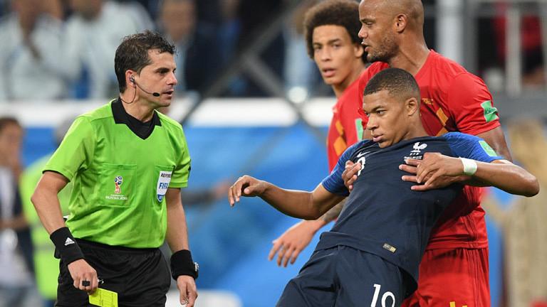 Schiedsrichter Andres Cunha zeigt Frankreichs Nationalspieler Kylian Mbappe eine Gelbe karte während des WM-Halbfinalspiels zwischen Frankreich und Belgien.