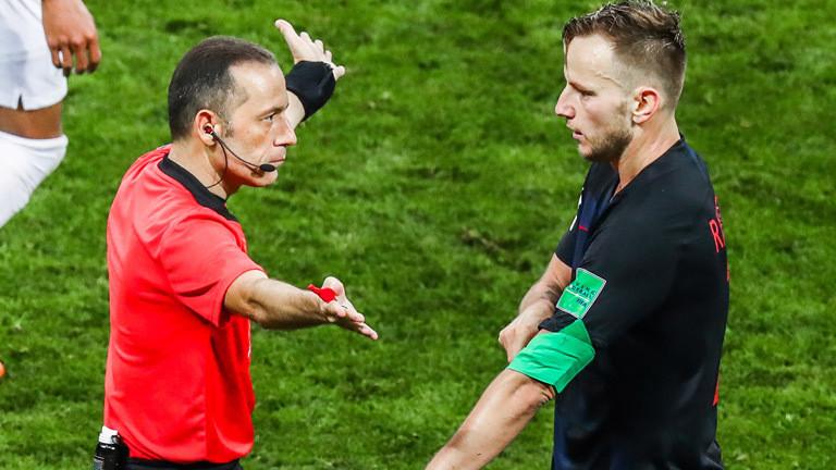Die entschiedene Körpersprache von Schiedsrichter Cüneyt Cakir lässt keine Fragen offen.