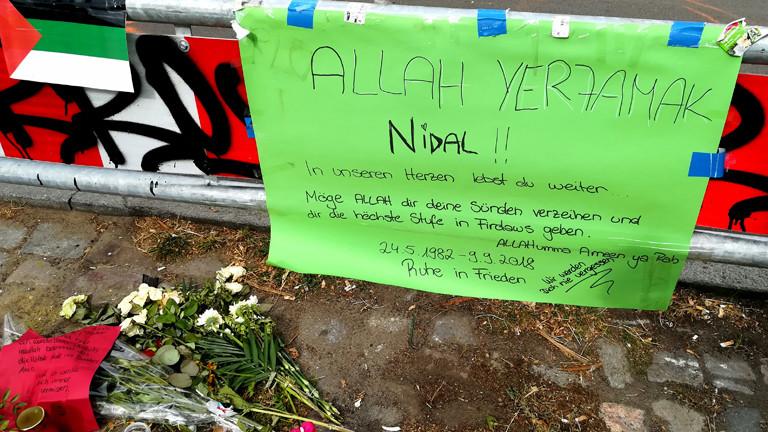 Ein Plakat erinnern an den ermordeten Nidal R.