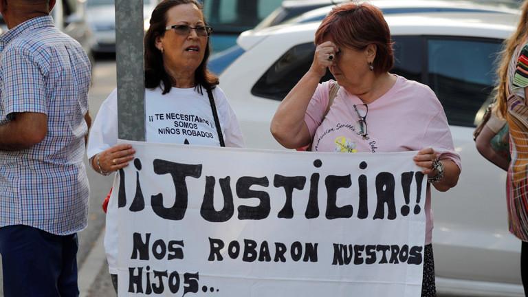 Mütter suchen nach ihren gestohlenen Kindern.
