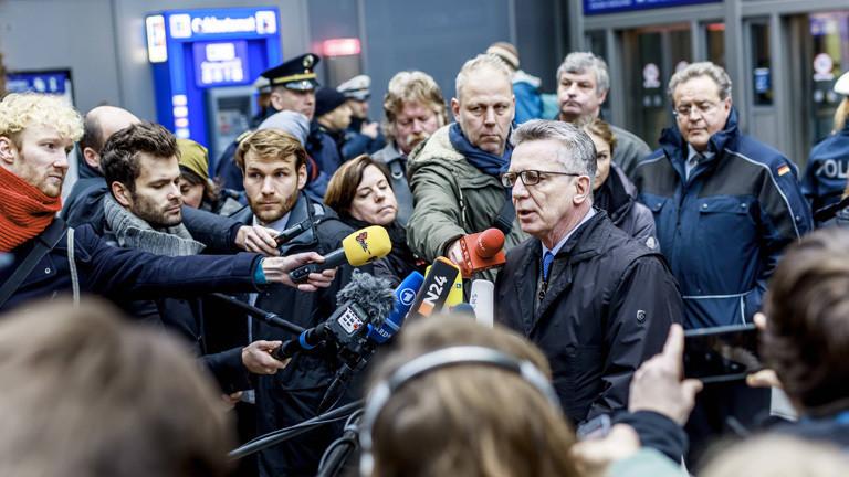 Der damalige Innenminister Thomas de Maizière gibt am Berliner Bahnhof Südkreuz ein Statement zum